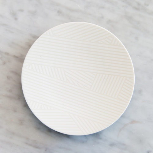 OBLIQUE SMALL COUPE PLATE | WHITE